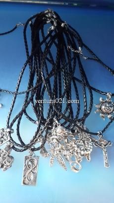 Металлический кулон на шнурке