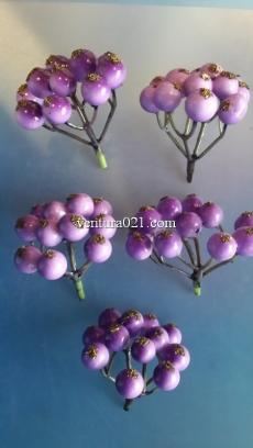 Декоративная веточка с фиолетовыми  ягодами