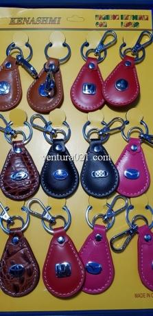 Брелок для ключей из кожзама с маркой авто