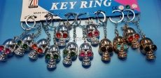 Брелок для ключей в виде черепа со стразами