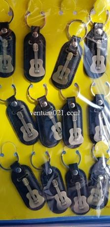 Брелок для ключей из кожзама с гитарой