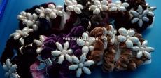 Велюровая резинка для волос с украшением в виде цветочка