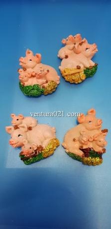 Магнит на холодильник из керамики в виде свиньи с поросятами