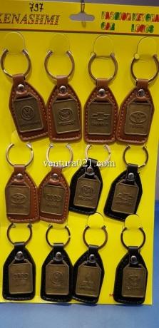 Брелок для ключей из кожзама с маркой авто из металла